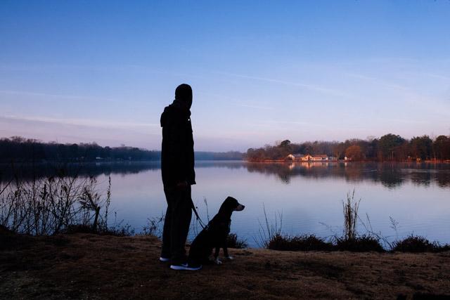 Luftetur med hund i mørke